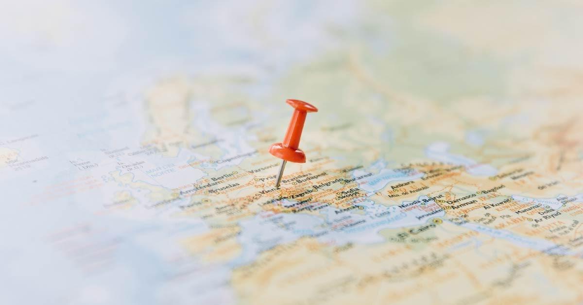 Imagen de un mapa sobre una mesa con un marcador rojo