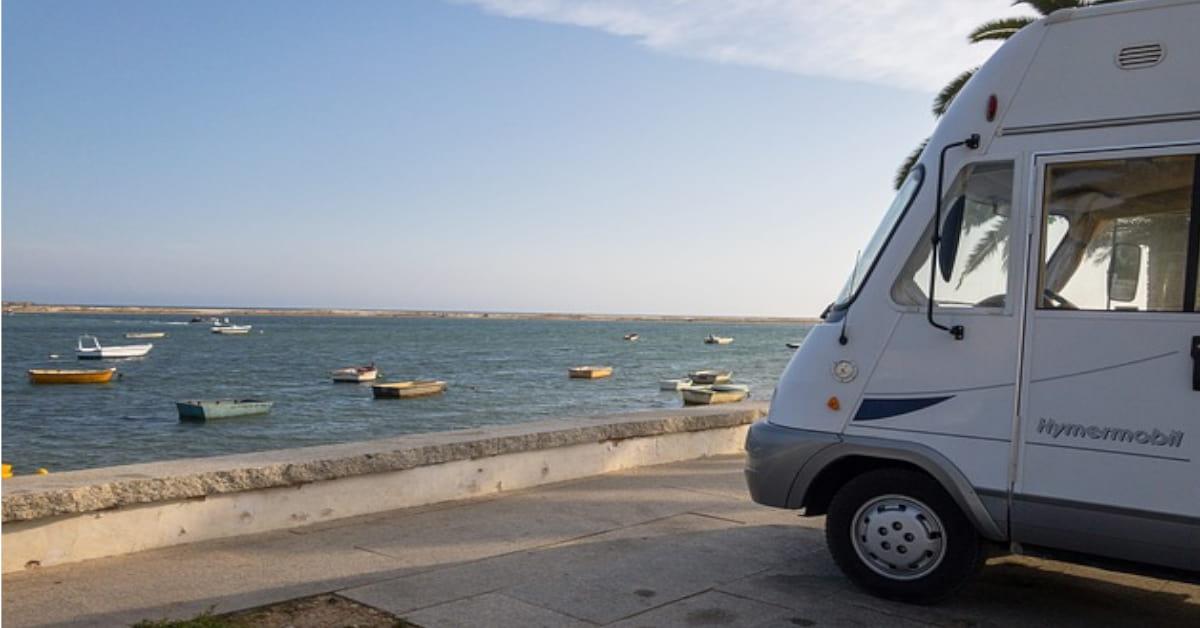 Imagen de una caravana aparcada junto a la playa