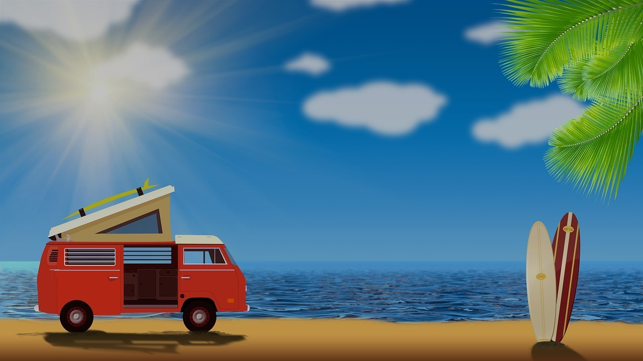 Imagen de una furgoneta camperizada junto a la playa