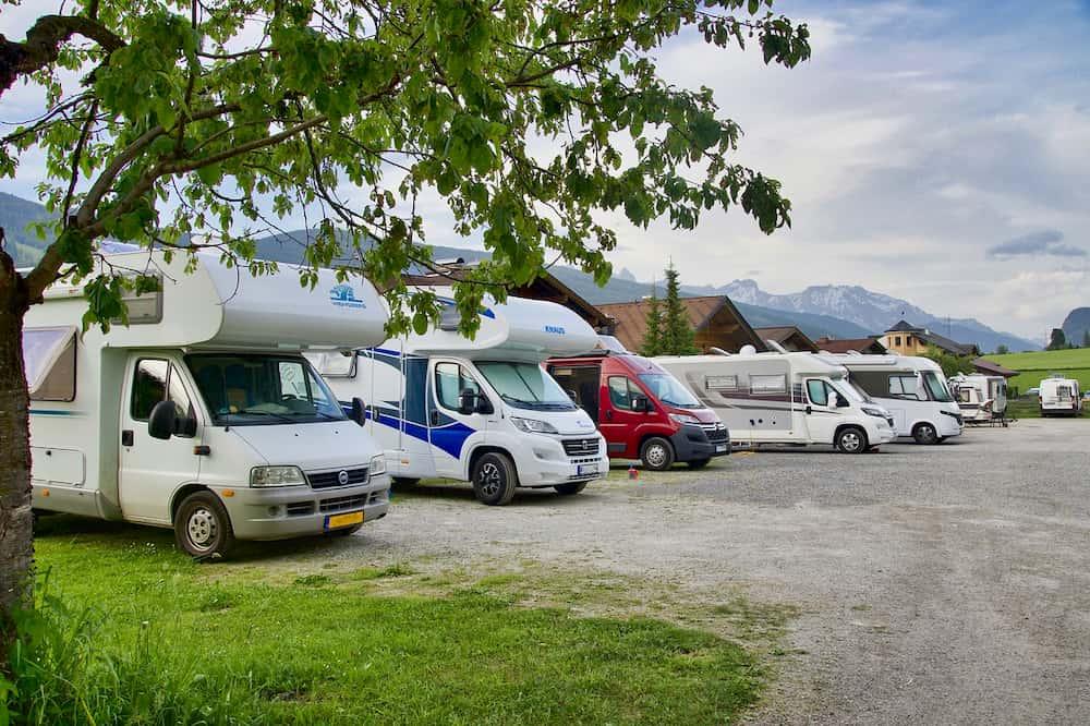 Imagen de varias caravanas aparcadas en un camping