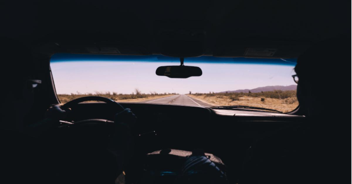 Imagn de dos personas viajando por carretera en autocaravana