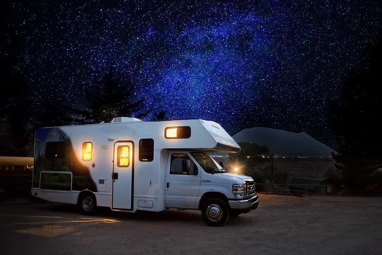 Imagen de autocaravana por la noche con el cielo estrellado