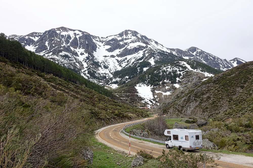 Imagen de autocaravana por una carretera de montaña