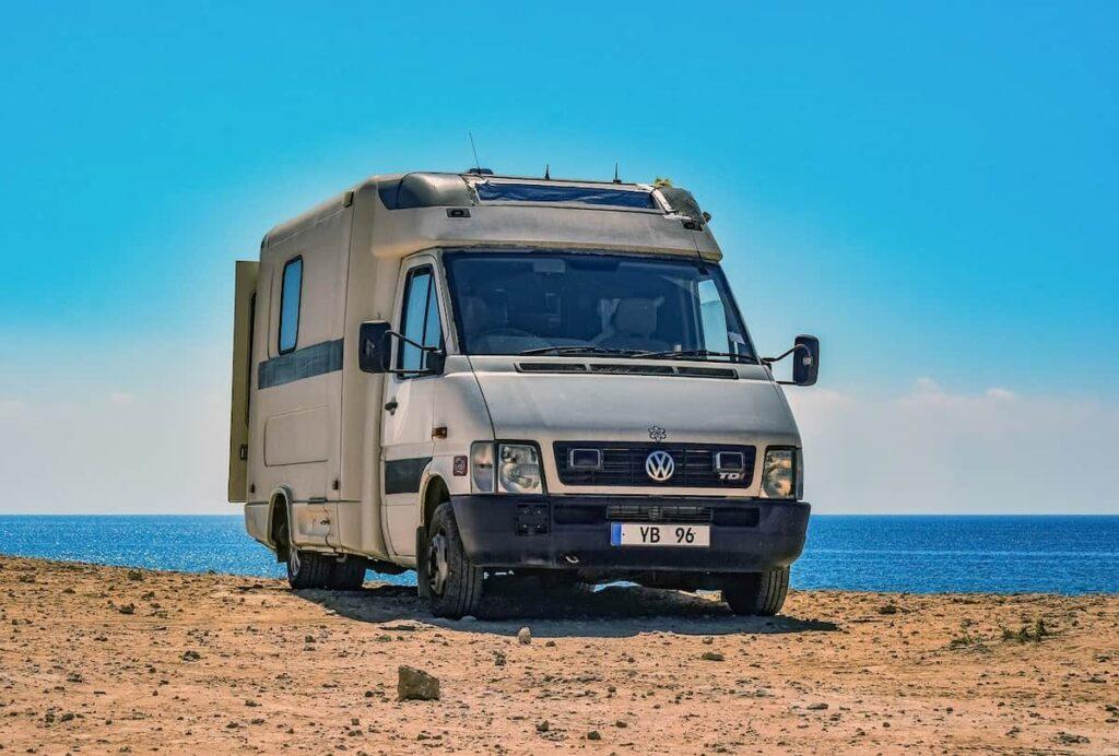 Imagen de autocaravana en una playa de Cataluña