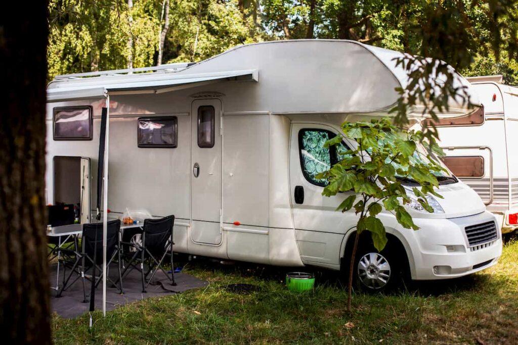 Imagen de una caravana en el bosque